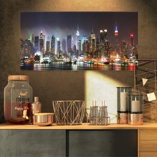 Photo de paysage urbain de Porch & Den Lit NYC Manhattan Skyline Impression sur toile PT8281-32-16 (EA1)